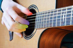La position des doigts sur les cordes de la guitare