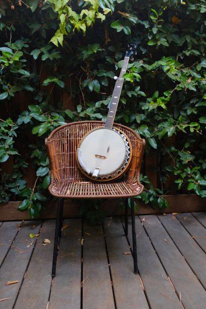 Guitare de type banjo sur une chaise
