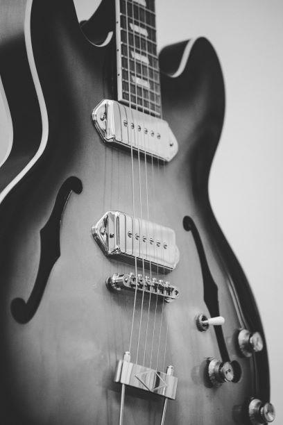 Belle guitare de jazz en noir et blanc