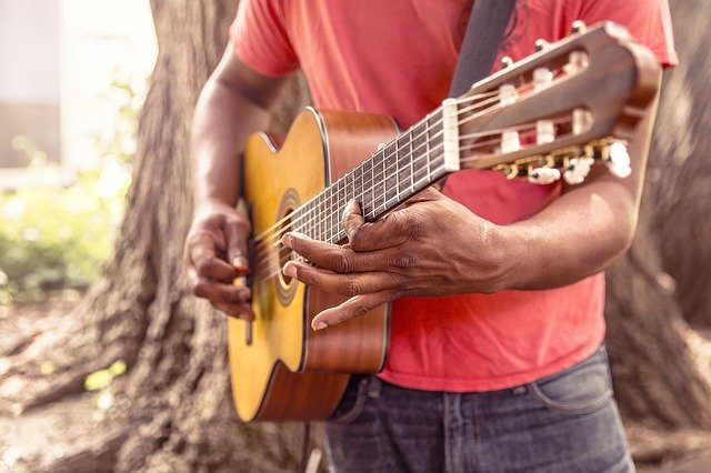 La différence entre fingerstyle et fingerpicking à la guitare classique