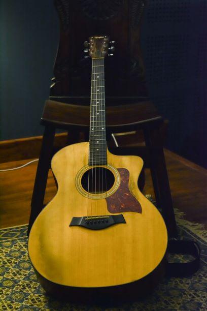 Type de guitare avec un cutaway aussi appelé pan découpé