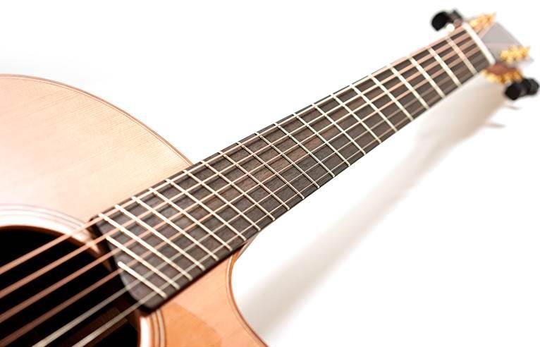 Guitare acoustique fanned fret